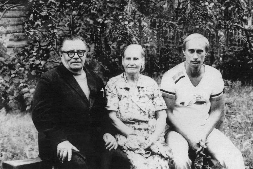 Vladimir Putin with his father Vladimir Spiridonovich and mother Maria Ivanovna before sending in the GDR, 1985. Photo: putin.kremlin.ru